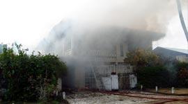 Militair met gebroken hart steekt huis van partner in brand (incl. beelden vanuit de lucht)...