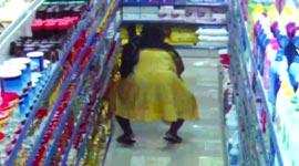 Vrouwelijke dieven laten grote winkelartikelen onder hun rokken verdwijnen (incl. camerabeelden)...