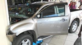 Ingezonden: Voertuig door voorgevel van winkel in Hermitage Mall, 1 gewonde...