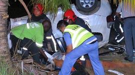 Ingezonden: Roekeloze autobestuurder ramt mast, vliegt over trens en draait over de kop: 3 gewonden...