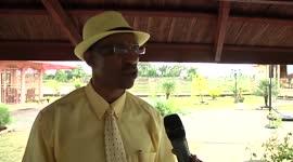 Minister Edward Belfort krijgt huisbezoek van de Papegaaitjes...